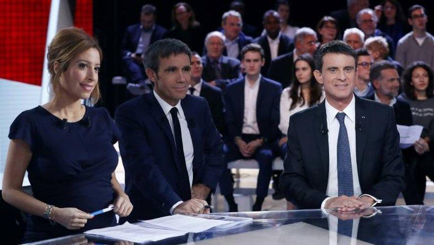 """Lea Salame, David Pujadas et Manuel Valls lors de """"L'Emission politique"""" le 5 janvier 2017 dans les studios de France 2 à Saint-Cloud"""