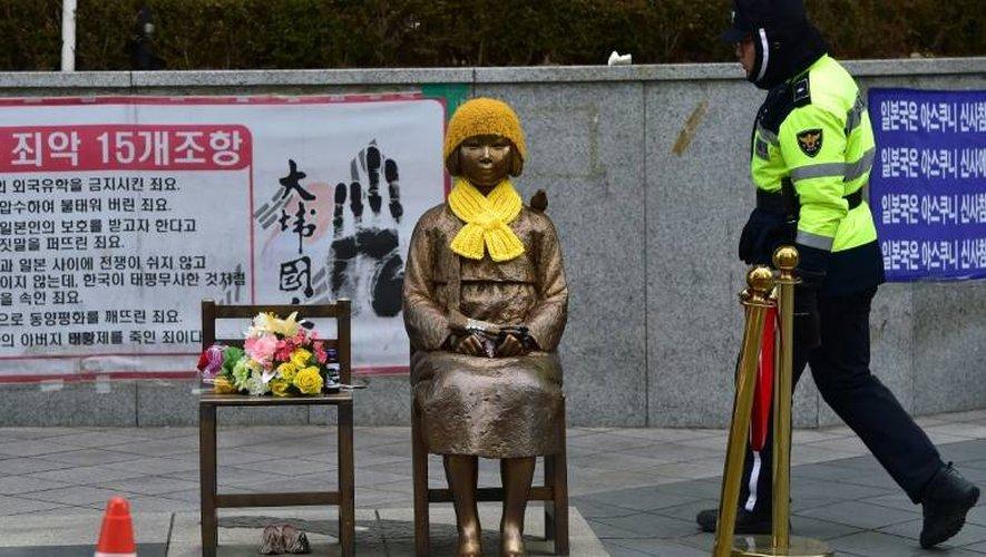 """Une statue à la mémoire des esclaves sexuelles de l'armée impériale nippone, dites """"femmes de réconfort"""", devant l'ambassade japonaise à Séoul le 29 décembre 2015"""
