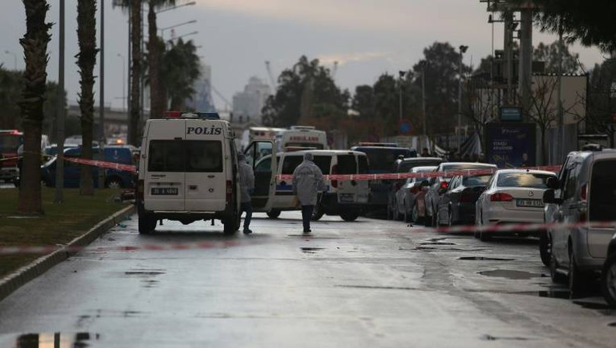 Policiers et secours sur le site d'une attaque à la voiture piégée, le 5 janvier 2017 à Izmir en Turquie