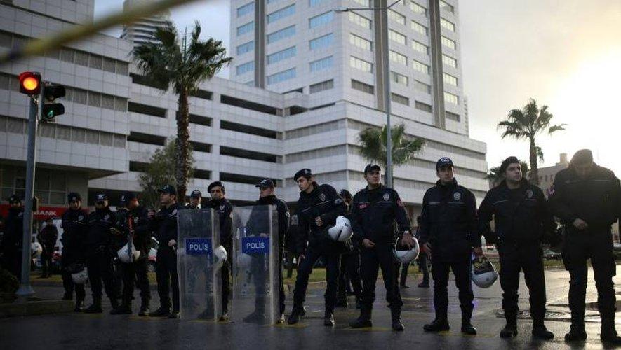 La police sur le site d'une attaque à la voiture piégée, le 5 janvier 2017 à Izmir en Turquie