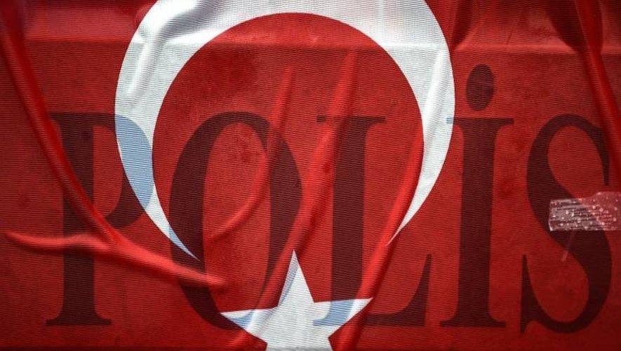 Un drapeau turc recouvre une barrière devant la discothèque Reina, le 5 janvier 2017 à Istanbul