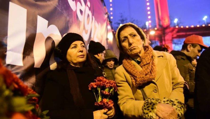 Des stambouliotes rassemblés, le 3 janvier 2017, devant le Reina, le nigtclub dans lequel 39 personnes ont été tuées dans un attentat revendiqué par le groupe Etat islamique (EI)