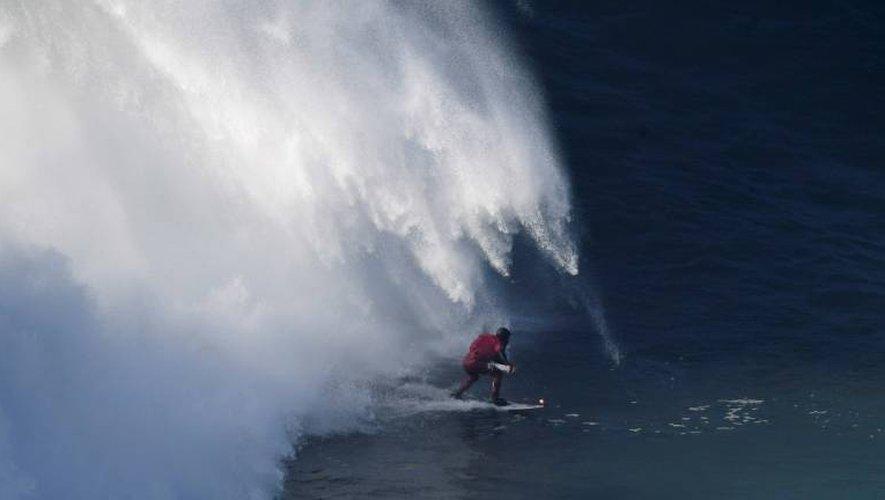 Le surfeur brésilien Marcelo Luna, le 17 décembre 2016 à Nazaré, station balnéaire du centre du Portugal