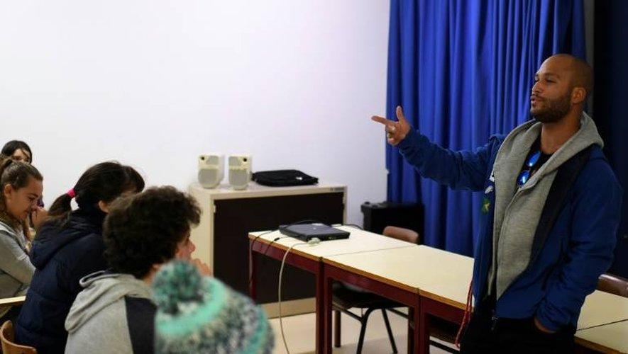 Marqué par son enfance difficile,Marcelo Luna (d) a monté un projet de prévention contre la drogue et la délinquance auprès d'enfants et d'adolescents auxquels il livre son histoire personnelle
