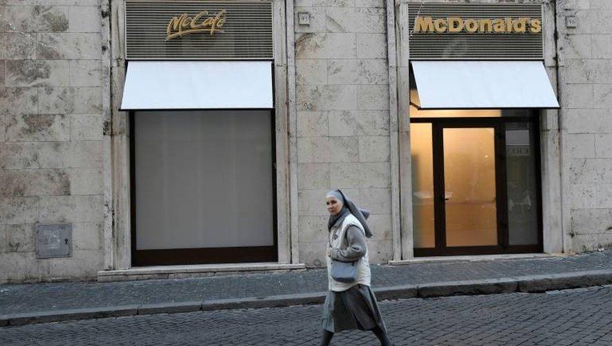Un restaurant McDonald's qui vient d'ouvrir à deux pas d'une entrée de la Cité du Vatican, le 3 janvier 2017