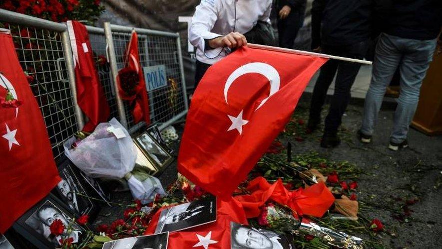 Photos et drapeaux déposés en hommage devant l'entrée de la discothèque Reina à Istanbul, le 3 janvier 2017, deux jours après l'attentat meurtrier