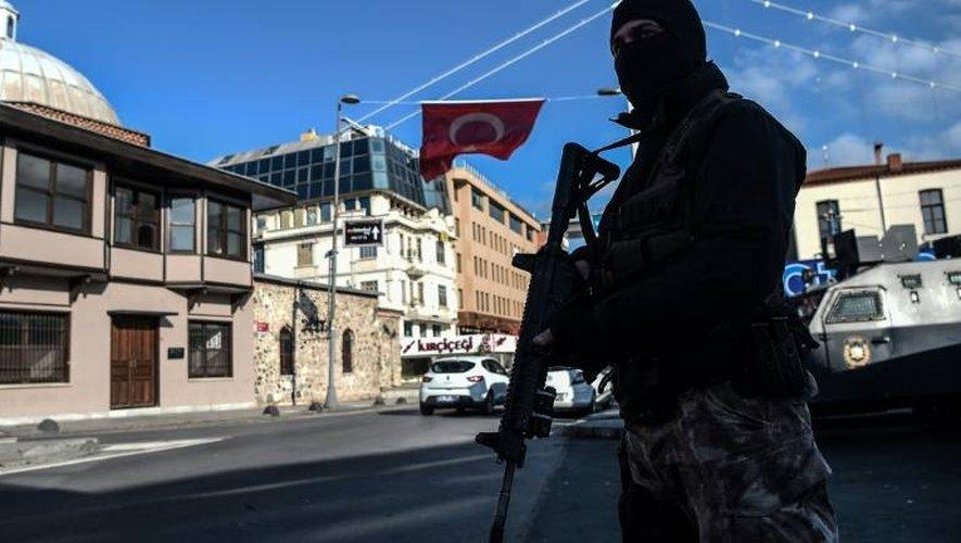 Un policier des forces spéciales turques le 2 janvier 2017 en faction dans le quartier de la discothèque Reina à Istanbul