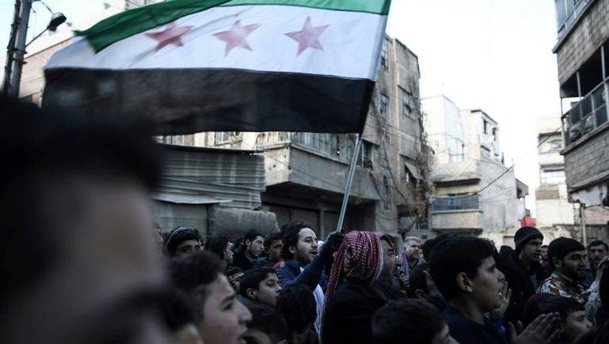 Des syriens manifestent contre le régime à Saqba, dans la banlieue est de Damas, le 30 décembre 2016, premier jour d'une trêve nationale