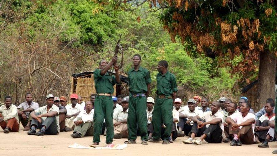 """Des combattants de l'opposition mozambicaine """"Renamo"""" s'entraînent dans les montagnes de Gorongosa, au Mozambique, le 8 novembre 2012"""