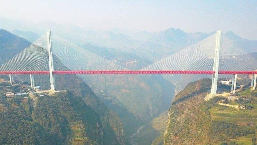 Un ouvrage s'élançant à 560 mètres au-dessus du sol a été ouvert à la circulation en Chine.