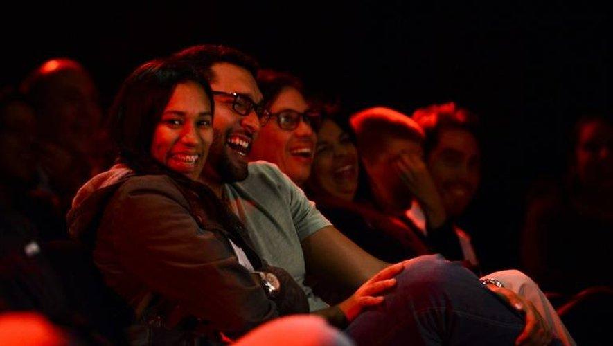 Des spectateurs assistent à une représentation de la comédienne comique Veronica Gomez, au théâtre, à Caracas, le 9 décembre 2016