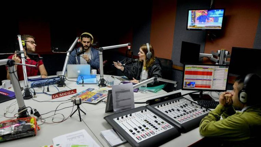 Des animateurs radio (de g à d) José Rafael Guzman, Manuel Silva et Veronica Gomez lors d'une émission radiophonique humoristique, le 6 décembre 2016 à Caracas