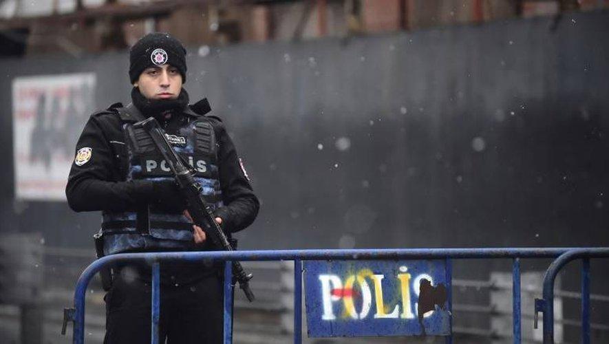 Un policier turc surveille l'entrée de la boîte de nuit Reina à Istanbul où a eu lieu un attentat, le 1er janvier 2016