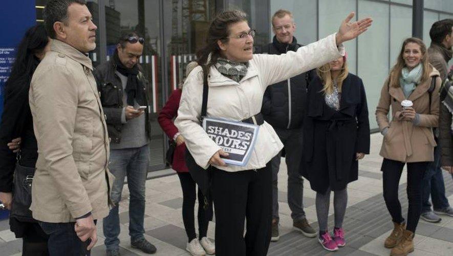 """Barbara, une guide SDF de Vienne guide les touristes près de la gare lors d'un """"Shades Tours"""" destiné à faire de le tour des installations pour sans-abris le 30 octobre 2016"""