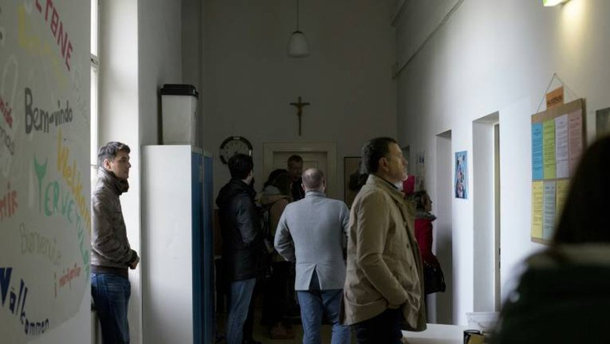 Des touristes visitent un centre d'hébergement de sans-abris à Vienne le 30 octobre 2016
