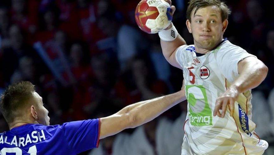 Le Norvégien Sander Sagosen (d) face à la Russie lors du Mondial de handball, le 14 janvier 2017 à Nantes