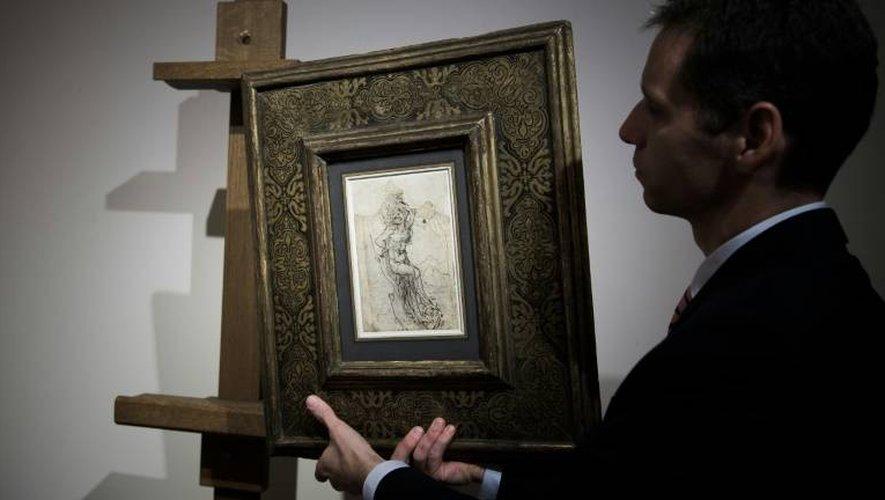 Un employé de la maison Tajan montre un dessin de Léonard de Vinci, évalué 15 millions d'euros, à Paris le 13 décembre 2016