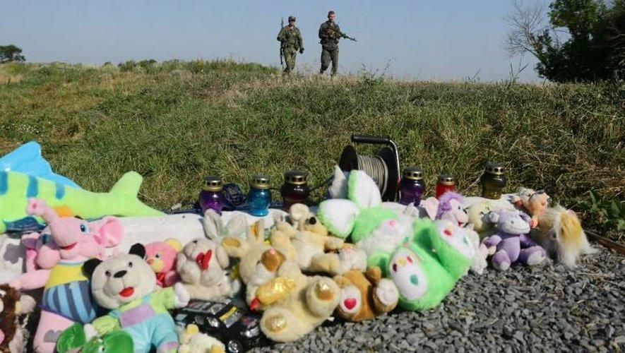 Des rebelles prorusses sur le site du crash du vol MH14 à Grabové, dans l'est séparatiste prorusse de l'Ukraine, le 17 juillet 2016