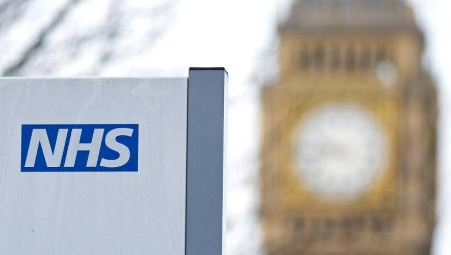 Le logo du NHS devant la tour Big Ben le 13 janvier 2017 à Londres