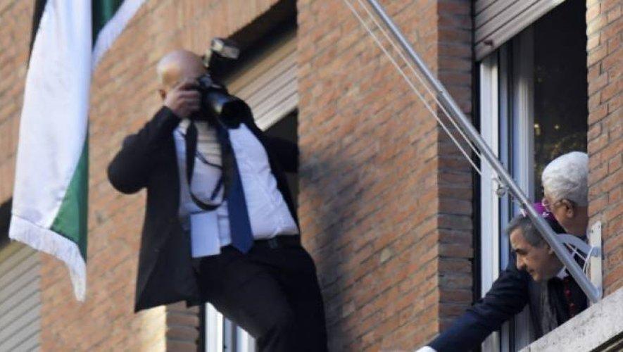 Un photographe palestinien tente de prendre des photos du président palestinien Mahmoud Abbas et du pape François, lors de l'inauguration de l'ambassade, le 14 janvier 2017