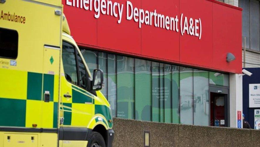 Une ambulance est garée devant les urgences de l'hôpital St Thomas à Londres, le 13 janvier 2017