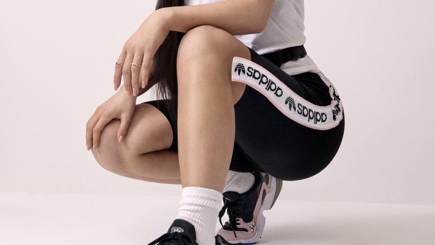"""Kylie Jenner prête ses traits à la campagne dédiée à la nouvelle """"Falcon"""" de la marque adidas Originals."""