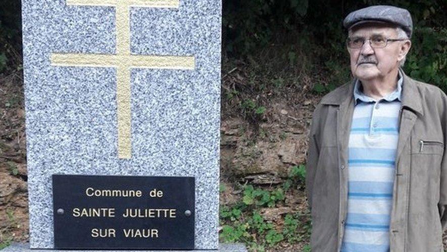 Devant la stèle du souvenir près de Pont-de-Grandfuel, René Delgay porte un regard au loin qui en dit long sur sa réflexion...