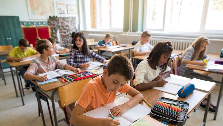 Plus de 12 millions d'élèves ont repris lundi le chemin de l'école en France, pour une rentrée marquée par l'interdiction du portable dans les écoles primaires et les collèges