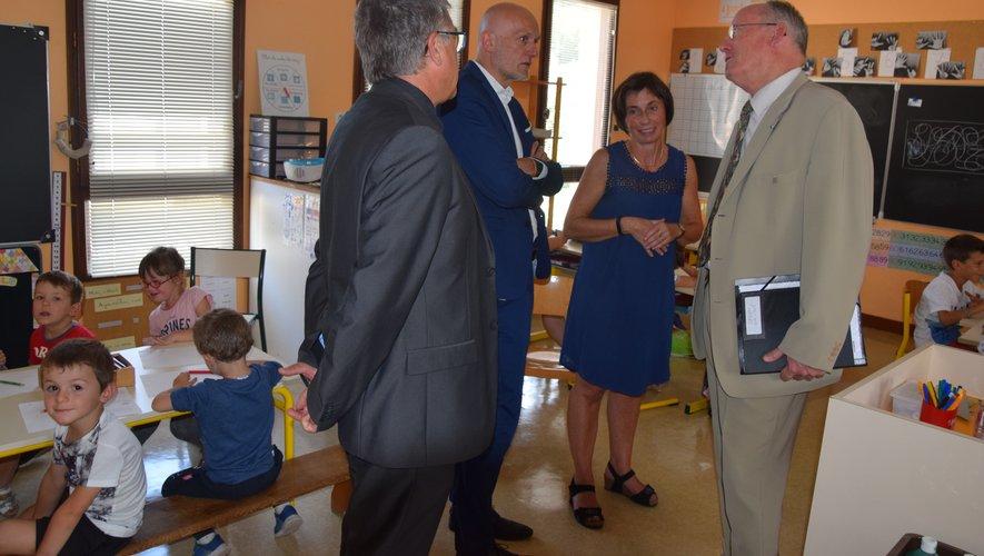 Dasen et député ont rendu visite à l'école de Lassouts pour la rentrée.oc