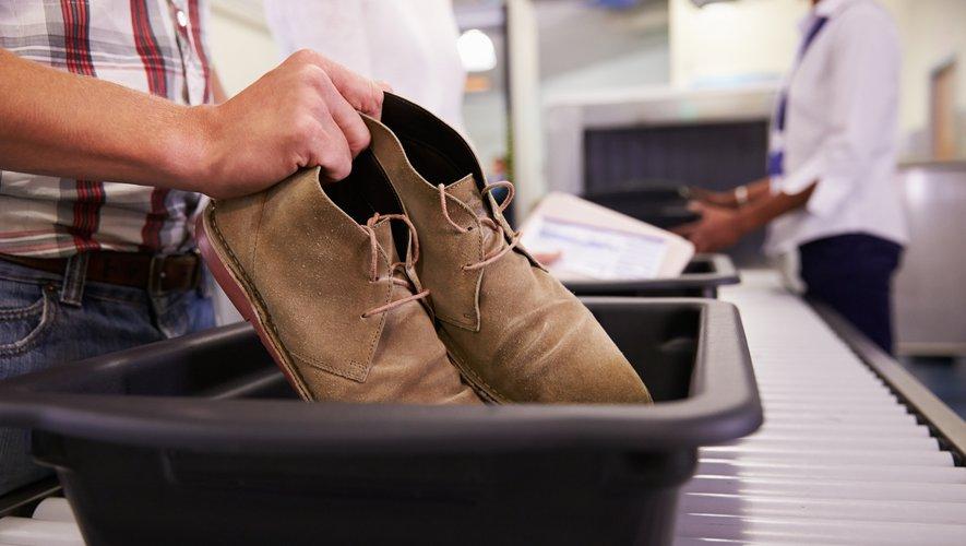 Dans un aéroport, la plus forte concentration de virus se situe sur les bacs en plastique dans lesquels les voyageurs déposent leurs vestes et leurs appareils électroniques avant de passer le portique de sécurité