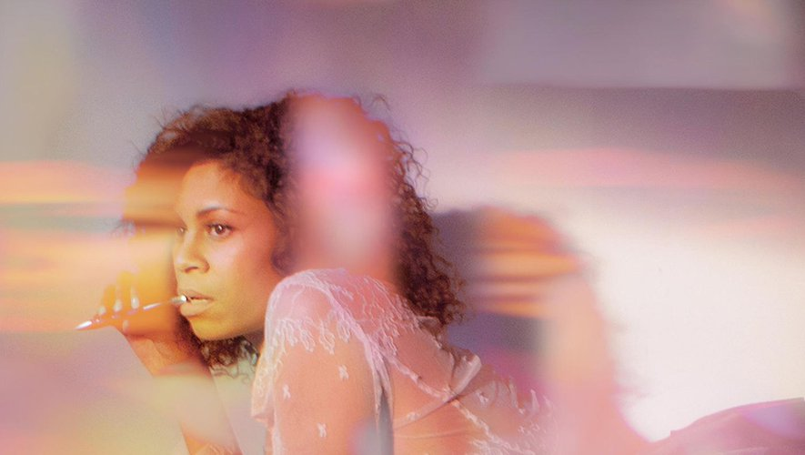 """""""Superior Emotion (feat. Cautious Clay)"""" est le premier single du futur album d'AlunaGeorge """"Chamapgne Eyes""""."""