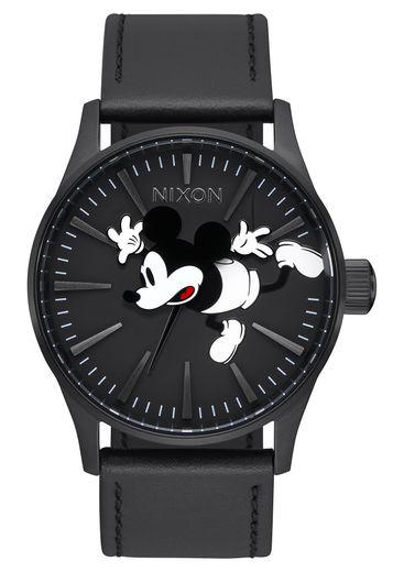 """La montre """"Sentry Leather"""" de Nixon pour les 90 ans de Mickey Mouse."""
