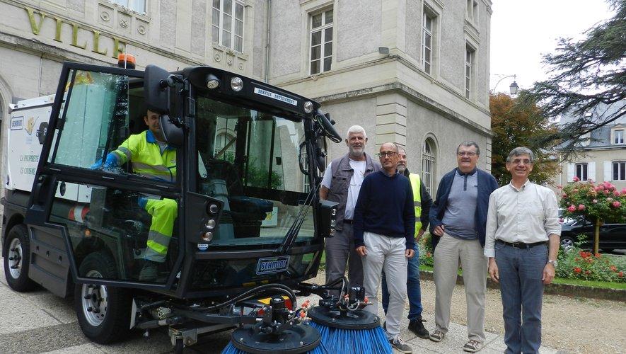 La nouvelle balayeuse achetée par la commune a été officiellement présentée par les élus avec les agents municipaux du service de nettoiement.