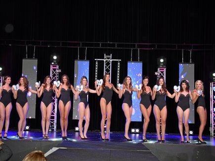 Les 11 candidates à l'élection de miss Rodez 2018 ont défilé en maillot de bain sur la scène de la salle des fêtes.