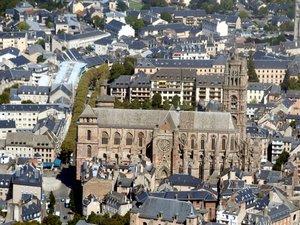 Vue aérienne au-dessus de la cathédrale de Rodez.