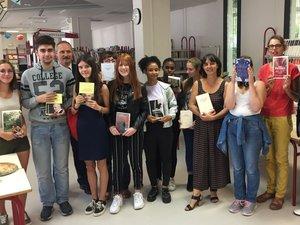 Les élèves de terminale littéraire retenus dans le jury du prix Goncourt des lycéens aux côtés de leurs professeurs référents.