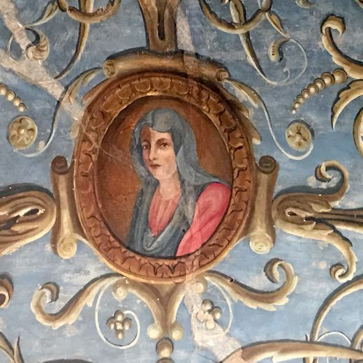 Les voûtes de l'ancienne chapelle de la résidence du chanoine sont ornées de plusieurs décors peints.