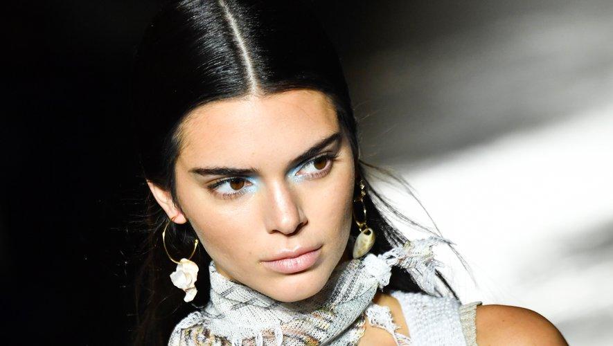 Un soupçon de bleu au coin des yeux de Kendall Jenner, chez Missoni