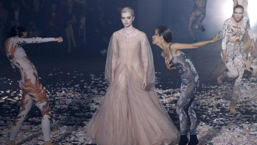 Un mannequin présente une création de Christian Dior à Paris, le 24 septembre 2018.