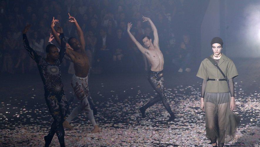 Chez Dior, la chorégraphie de jupes aériennes se mêle à un spectacle de danse moderne.