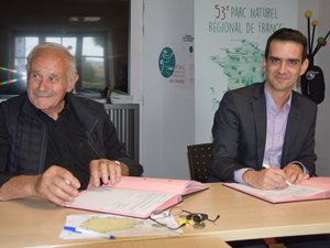 André Valadier (PNR) et Eric Ladegaillerie (EDF Hydro) ont signé ce week-end à Aubrac.