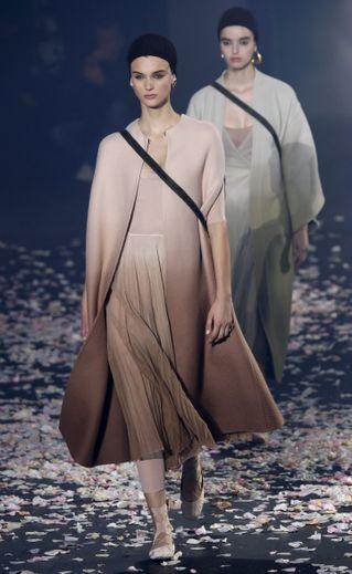 Dior décline sa collection dans une palette discrète et sage, avec des nude, des pastel, du noir, et du blanc. Paris, le 24 septembre 2018.