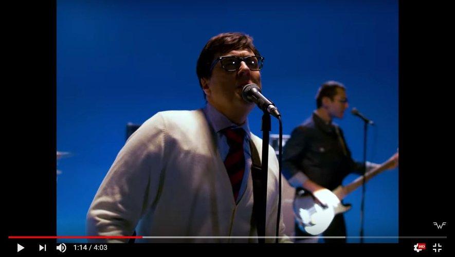 "Weird Al Yankovic dans le clip de Weezer ""Africa""."