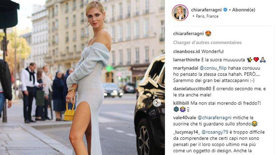 Chiara Ferragni se rend au défilé Jacquemus dans un total look... Jacquemus.