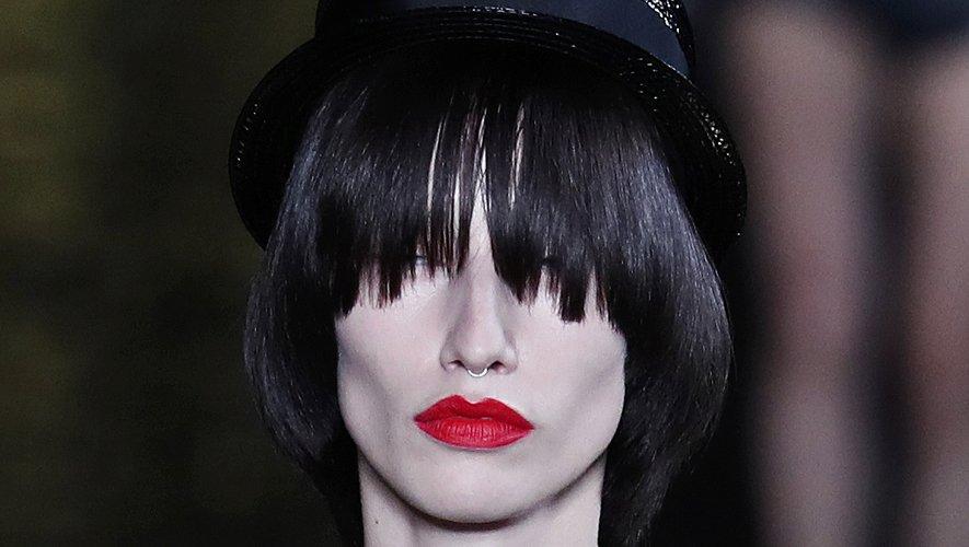 L'humeur est à la bouche rouge et au teint mat chez Yves Saint Laurent.