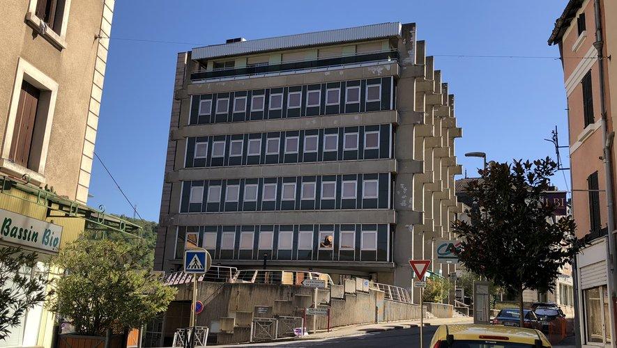 Le Crédit agricole souhaite démolir la tour Cabrol pour reconstruire une agence neuve sur les lieux.