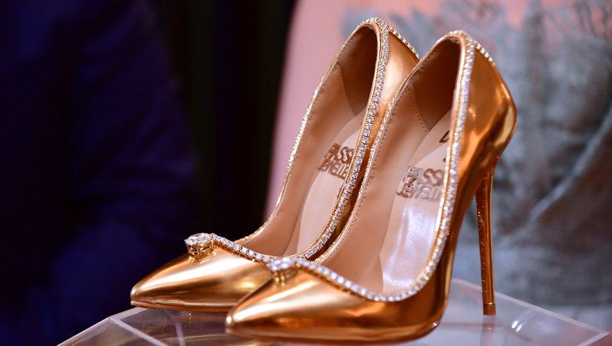 Une paire de chaussures, faite de cuir, de soie, d'or et de diamants, est proposée à la vente à Dubaï pour la somme de 17 millions de dollars, un record absolu, selon les organisateurs.