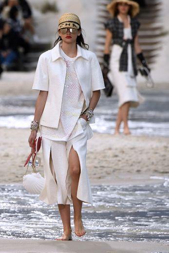 Chic et estivale, la collection Chanel fait la part belle aux accessoires avec des casquettes de paille, des sacs doublés portés en bandoulière, ou encore des sacs en forme de ballons ou de coquillages. Paris, le 2 octobre 2018.