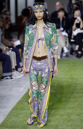 Le style hippie est également à l'honneur chez Junko Shimada, avec des pièces dédiées comme le bandeau et une silhouette presque nonchalante. Paris, le 2 octobre 2018.