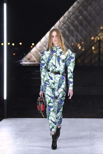 Place à la science-fiction chez Louis Vuitton, qui propose une silhouette futuriste imprégnée de codes venus du passé. Les imprimés sont légion, tout comme les touches de couleurs vibrantes. Paris, le 2 octobre 2018.